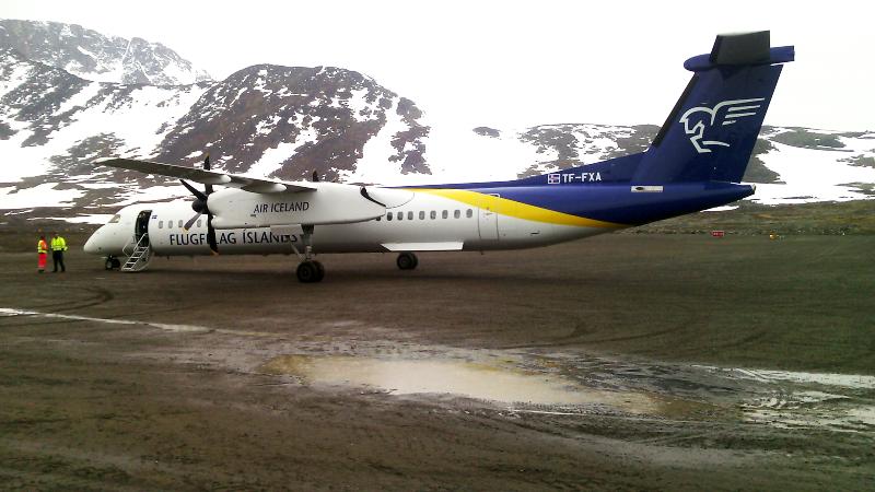 Første Dash 8 fra Air Iceland lander i Kulusuk